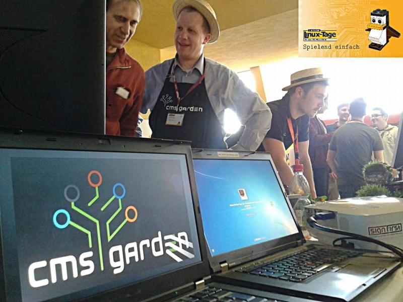 Foto: CMS-Gärtner am Stand, im Vordergrund Laptops